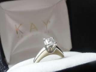 Anillo de diamante del compromiso de los joyeros de Kay
